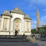 Lille: Porte de Paris en de toren van L'hôtel de ville